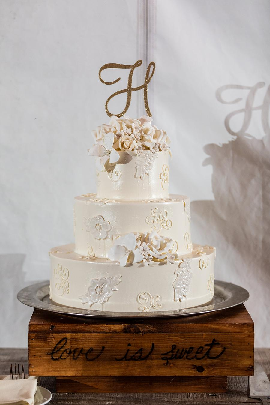 wedding cake at anthony wayne house by ashley gerrity photography and philly in love